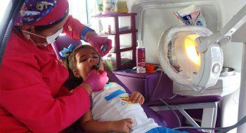 Como escovar os dentes da criança e quando trocar a escova de dentes.
